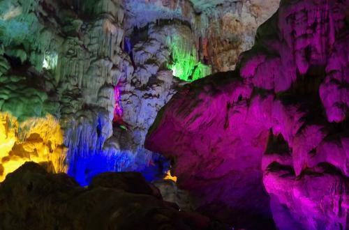 次は、ティンクエン洞窟というところを歩きました。<br /><br />見事な鍾乳洞です<br />ライトアップで、写真がとてもきれいにとれました。