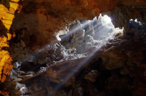 洞窟の穴から漏れる日光<br /><br />見事でした<br /><br />約4時間のクルーズのハイライトに、最高の場所でした。