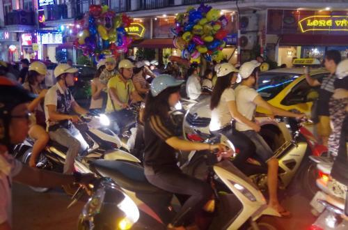 そして、再び4時間半かけて、休憩もはさみハノイ市内へ<br /><br />ハノイの街は、凄まじいバイクの数でした。