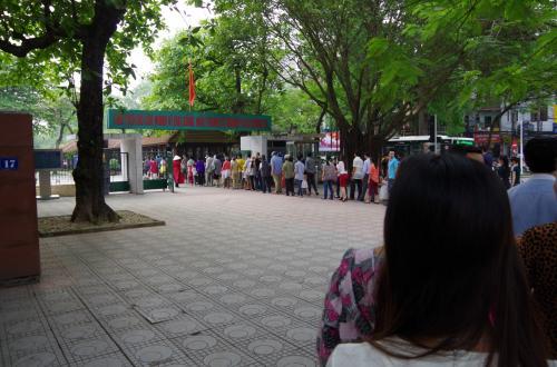 そして、翌日はホーチミン廟へ<br /><br />大型連休のさなか、世界中の観光客に加えベトナム人も多数来ていました。<br />入口の手前の門から、ものすごい列をなしています。<br /><br />この門を入ってすぐ左側に手荷物預かり所があるので、そこで荷物を預けます。<br />カメラは、ここでは預ける必要はありません。