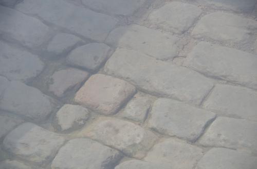 入口の端門をすぎると、発掘された路面がガラス張りで発掘当時の状態で展示されています。