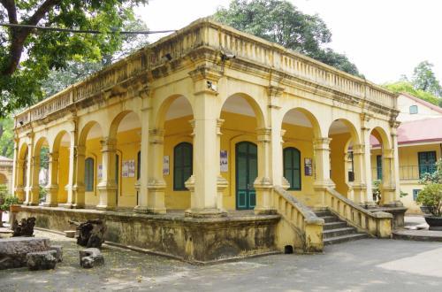 宮殿の建築物の基礎の台の上に、近代建築物が普通にたっています。