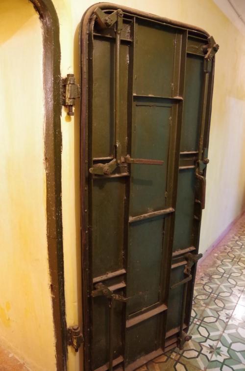 入口のドアは、重厚な鉄製のドアがありました。
