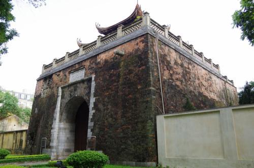 ホアンジェム遺跡を見学した跡、歩いて西北門へ<br /><br />ここが、北側の門になります。<br />かなり立派な門でした。