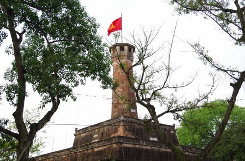 かなり立派な国旗掲揚塔でした。