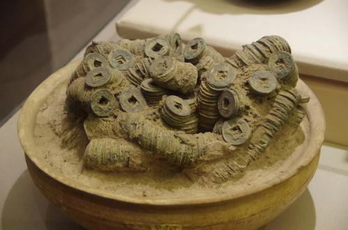 この銅銭は、死者の墓に入れるためのものです。