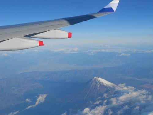 羽田をたって10分もしない頃、富士山が眼下に迫ってきました。