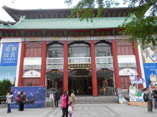 歴史博物館に到着<br /><br />ここでの目的は、中国の河南省の新鄭で見つかった有名な青銅器の鼎を見ること。<br />新鄭でレプリカを見て以来、ずっと見てみたかった鼎だったので、本物を見たときの感動は言葉に表せませんでした。でも、撮影も禁止(泣