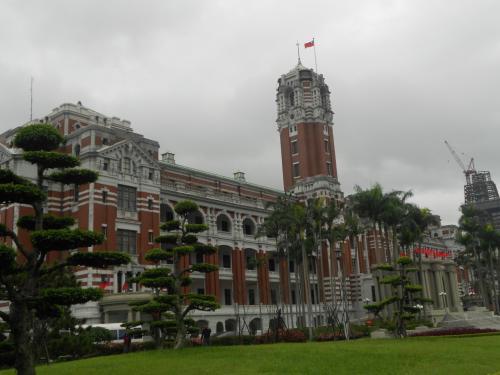旧台湾総督府の建物。<br />いまの総統府です。<br /><br />ここ、時期によってはライトアップしているんですよね。一度行ってみたい。<br />目の前で写真を撮ろうとしたら、軍服を来た人に「だめ」と言われたので撮影は断念