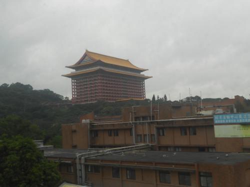 圓山大飯店を横に、故宮博物院に向かいます
