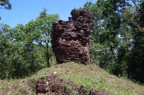 入口の手前の小高い丘には、グループHという破壊された遺跡があります。<br />過去の数々の戦争で破壊されて、今ではこのような姿となっています。