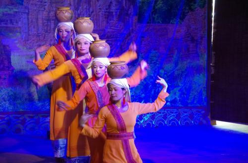 チャムダンスショーが始まりました。現在も、チャム族に伝わる踊りだそうです。<br />実は、チャムショーはやるのは知っていたものの、全くの予定外だったので、到着と同時に始まったのはラッキーでした。