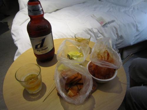お部屋で晩酌。<br />ホテルの近くの屋台で買ってきた海苔巻とトッポキとチヂミでカンパイ!<br />