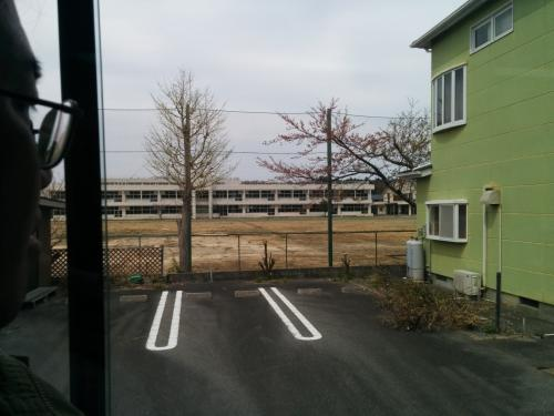 学校らしき建物も、子どもの声ひとつ聞こえてきません。