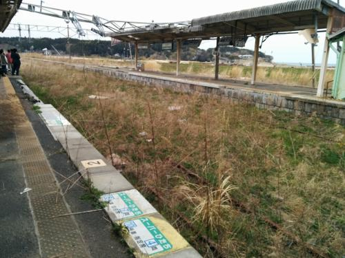 富岡駅のホーム<br />桜のシーズンなどは、夜ノ森の桜を見るために、人があふれたのでしょう。<br /><br />スーパーひたちも臨時停車したようです。