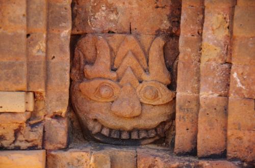 カーラ?<br /><br />いろんな顔したカーラらしき彫像がありました。
