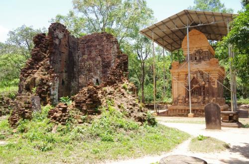 右側の寺院は、現在、修復中でしょうか。<br />屋根で覆って保護し、きれいなレンガが張られていました。
