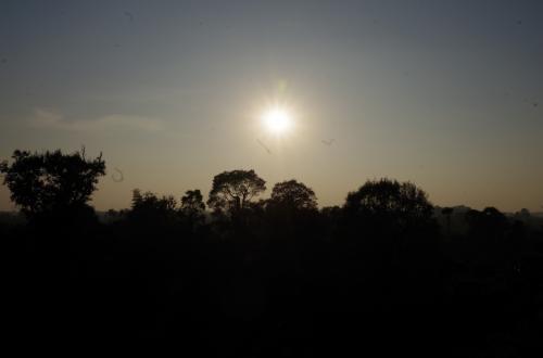 写真スポットを固定<br /><br />日が沈むのを待っていると、ツアー客が大量に集まり始める17時頃から、陽は沈み始めます
