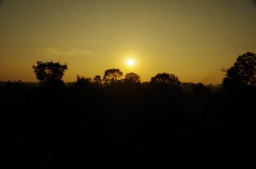夕日撮影とか、普段自分はしないので、カメラと悪戦苦闘<br />なんとか夕焼けという言葉にふさわしい、焼け付く空を表現したいとか思いながらもやり方がわからない。朝日より難しかった。