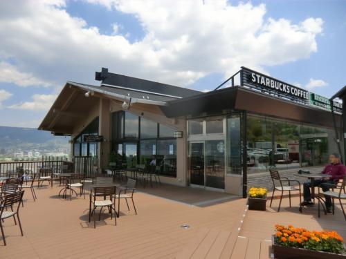 次の休憩は「諏訪湖SA」である。ここにスターバックス(写真)があり、カフェラテをテイクアウトする。<br />