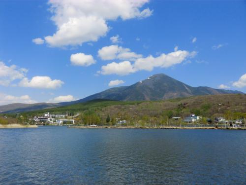 久しぶりに「白樺湖と蓼科山」(写真)とご対面する。綿菓子のような白い雲が青空に浮かぶ。まさに蓼科にも春が来た…、という雰囲気である。<br />