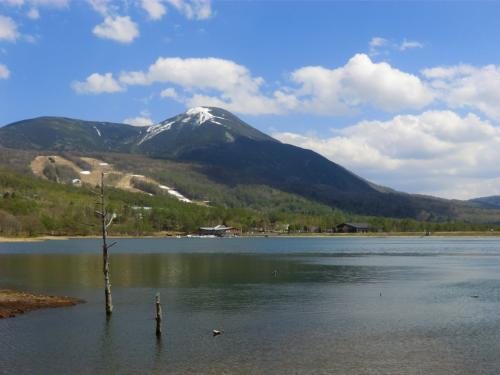 チェックインする前に女神湖畔(写真)を散歩する。眺めは素晴らしいが…、女神湖の水位が大幅に下がり湖底の泥がむき出しになっている。そして泥の匂いまでする。これは興ざめだ!美しいものにはトゲ、でなく醜さがあった。<br />