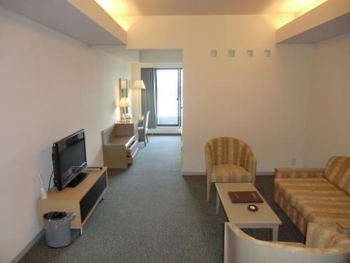 アネックス?号棟4階の私のお気に入りの部屋(写真)に入る。キッチン付きのスーペリア・ツインルームである。<br />