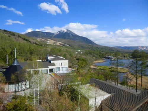 4階の部屋のバルコニーからの眺め(写真)が素晴らしい。蓼科山が目の前だ。<br />