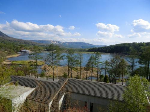 女神湖(写真)も正面に見える。朝、昼、夕、部屋からこの壮大な眺めを堪能できる。
