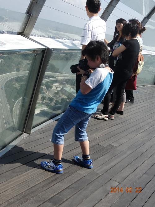 写真を撮る次男。