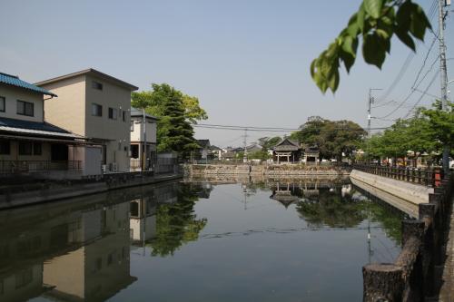 駅から約10分程度で庭瀬城本丸べり堀に到着しました。<br />ここ庭瀬城は、関ヶ原後の江戸時代において陣屋として使われたと共に、東西を走る西国街道と瀬戸内海への水路となる足守川との交わる地であり、城の周囲には多くの運河が整備されたようであり、この堀はその運河はその一つのようです。<br />ここは、毛利方の境目七城と呼ばれた頃は、隣接する撫川城とともにひとつの城であったようです。