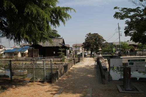 本丸側から見た八幡宮、石橋で堀(運河)を挟んで繋がっています。