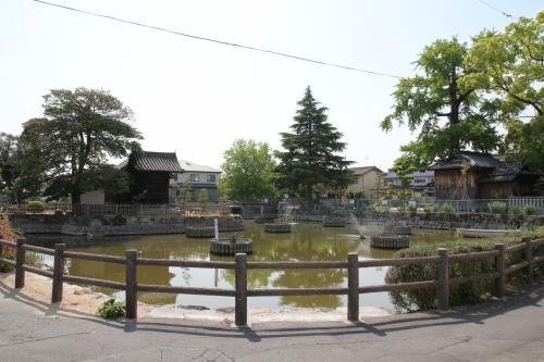 八幡宮北西側の堀には大賀はすが植えられてあるようです。<br />ここは大賀博士の生誕の地に近いそうです。