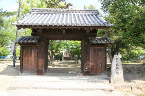 曲輪南側中央の門が設えてありました。この門は江戸時代の撫川知行所の総門をここへ移築されたものだそうです。