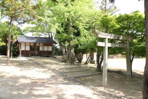 曲輪中央に三神社の祠があります。