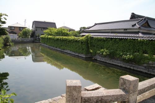 ここは、庭瀬の港、つまり運河の港となっていたところだそうです。<br /><br />今回庭瀬城、撫川城を巡ってみたところ、ここは平地で周囲を深田など泥沼地に囲まれた地に、堀と言うより運河を巡らせていくつかの曲輪というか、砦のようなものが集まって形成されていた城、規模的にやはり砦というのが適切ではないかという気がしました。