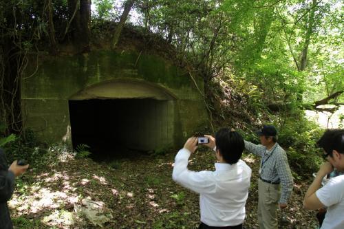 林の中にひっそりと佇む弾薬庫跡、<br />確かに厚さ1mのとても分厚いコンクリートで覆われた頑丈な構造です。<br />航空爆弾や機銃弾などがここに保管されていたそうです。<br />