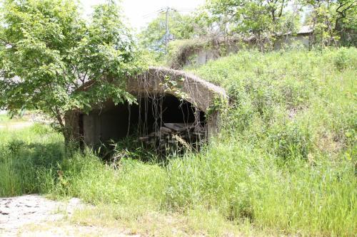 上の機銃座の近くに2つのコンクリート製の防空壕(20)がありました。<br />そうちのひとつ、この大きな防空豪は倉庫のように中にものが置かれてました。