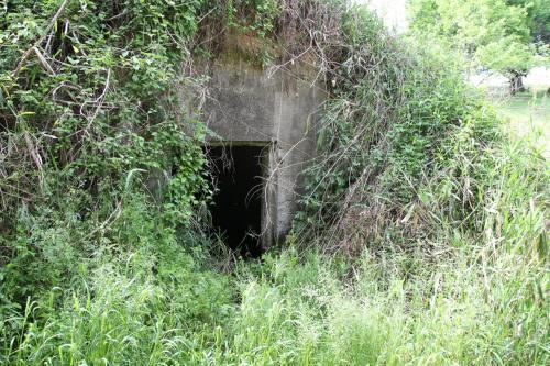 さらに奥側にあったもうひとつの防空壕(21)、<br />この裏側の台地には通信所の施設があったそうです。