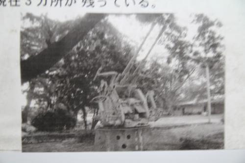 円形のコンクリートの枠の中央にこの写真のような高射砲(地下防空指揮所展示写真)が据え付けられていたようです。<br /><br />