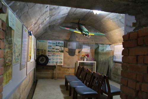 防空壕(18)の内部です。天井に飛行機の模型が飾ってありました。また、壁には当時の建物や施設、そしてここで使用されていた航空機などの写真やこの鶉野飛行場に関する周辺施設の図解や説明用のパネルと共に、神風特攻隊として飛び立った白鷺隊の隊員たちがしたためた遺書など、多くの資料が展示されていました。