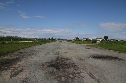 鶉野飛行場の滑走路(26)です<br />表面のコンクリートは相当荒れていますが、その全長、幅などは当時のままの規模で残っています。以前ここで陸上自衛隊八尾基地のヘリコプターなどを展示した小さながらも航空ショーが催されたこともあったそうです。<br />