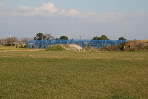 先程の衛所、航空隊の正門であった場所のすぐ先は広々とした農地が広がっています。この辺は現在、神戸大学の農業試験場となっています。写真中央にはコンクリート製の防空壕(11)(12)があります。これらは本館庁舎や兵舎の横にあったようで、ひとつは発電機などが設置されていたそうです。