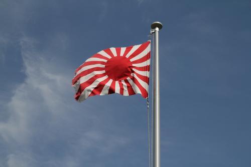 慰霊碑脇に立つ旭日旗、この旗のみが唯一当時と同じ光景を再現しているかのように、青空を背に風にたなびいていました。<br /><br />今回は、「ひめじのれきし委員会」の方々と共に郷土戦史家の上谷さんのお話をお聞きすることができました。上谷さんにはいろんな場所を案内頂き、また非常に丁寧なお話もお聞きでき、非常に貴重なひと時を得ることができました。上谷さんには本当に感謝致します。また、今回飛び入りで参加させて頂いたにも関わらず、親切に同行を受け入れて頂けた「ひめじのれきし委員会」の方々、そして加西・鶉野飛行場展 実行委員会の方々にも合わせてお礼申し上げます。ほんとうにありがとうございました。