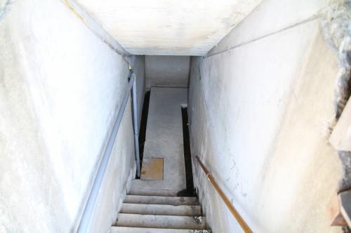 ここから階段を降りて地下へ入っていきます。<br />下るとクランク状に通路が折れ曲がり、爆風が直接内部へいたらないように工夫された構造だそうです。