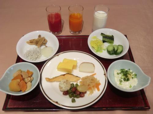 朝食は和・洋のビュッフェで標準的な品揃えである。昨夜は洋食だったので今朝は和食中心(写真)のメニューにする。