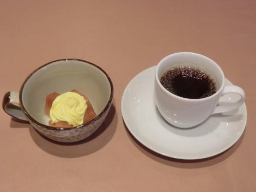 最後はコーヒーとデザート(写真)で締める。私は豪華なホテルライフに憧れるが、常にコストパフォーマンスにこだわる。