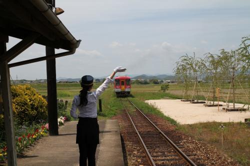 法華口駅ではこの日もボランティア駅長さんによるお見送り、いつもご苦労様です。<br /><br />ボランティア駅長さんのFacebookページです。<br />  https://www.facebook.com/hokkeguchi?fref=nf