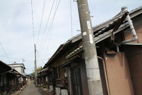 飛行場から西に少し離れた集落にある川西航空機の社宅や寮として建てられたと思われる長屋群、現在は一般の方が暮らされています。<br />