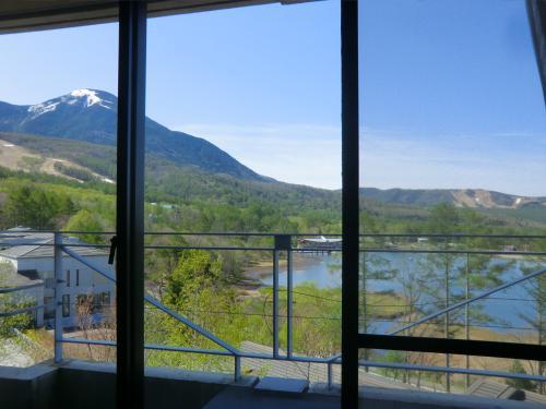 今日の目覚めも天気も良し!窓からは晴れ上がった青空に蓼科山がよく見える。